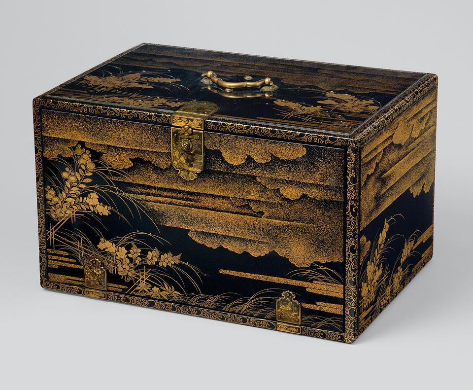 Storage box containing handwritten 41-volume Taiheiki (太平記)
