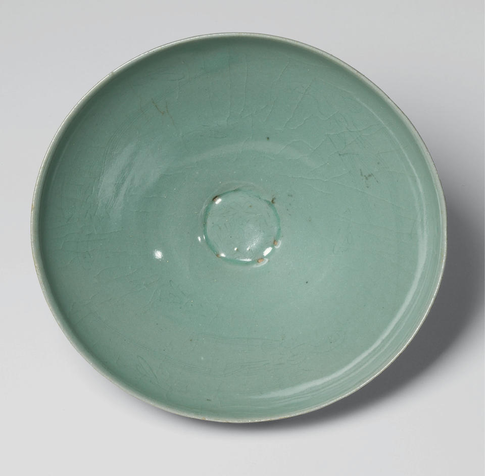 Bowl with flying parrot